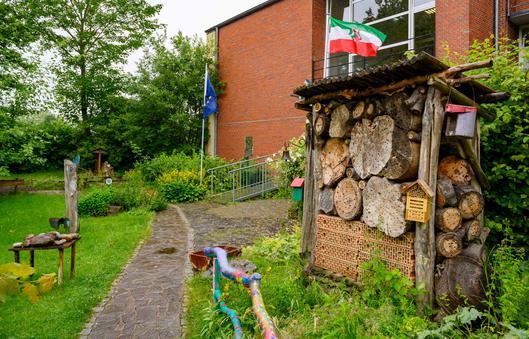 Schulgarten der Köllerholzschule mit Insektenhotel